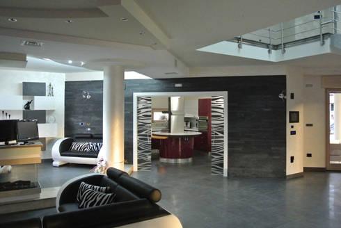 Vista d'insieme della zona giorno in direzione della cucina: Soggiorno in stile in stile Moderno di GIOIA Biagio ARCHITETTO