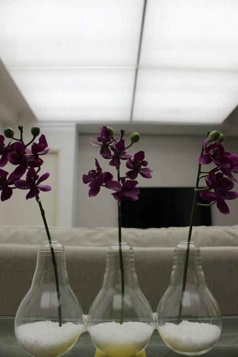Residência Eusébio Stevaux: Sala de estar  por Ana Carolina Cardoso Arquitetura e Design