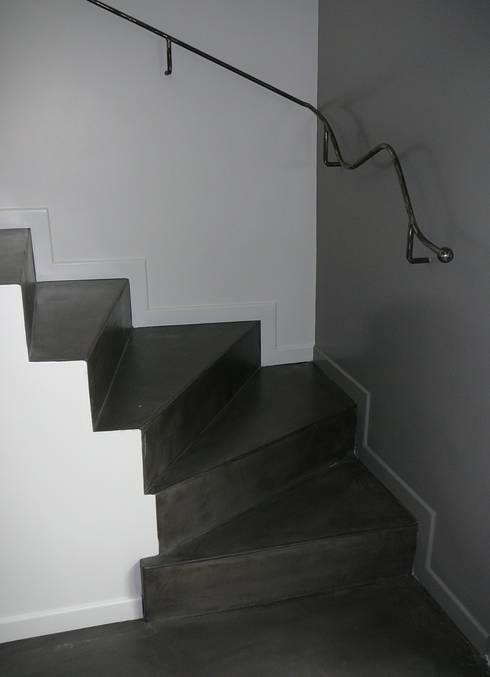 Création de garde-corps en acier: Escalier de style  par ATELIER MACHLINE