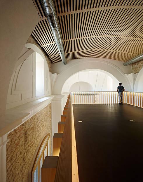 Restoration and Adaptation of a 16th century Chapel in Brihuega, Guadalajara, Spain:  de estilo  de Adam Bresnick architects