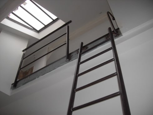 échelle en acier : Couloir, entrée, escaliers de style de style Industriel par ATELIER MACHLINE