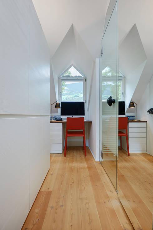Apartment for a graphic designer:  in stile  di beainteriors Srl