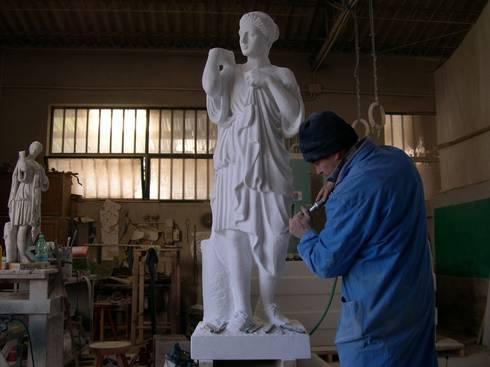 "Scultura in marmo Carrara, ""Diana Gabi"": Paesaggio d'interni in stile  di Todini Sculture"
