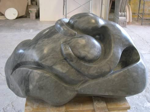 """scultura """"Abbraccio"""": Paesaggio d'interni in stile  di Todini Sculture"""