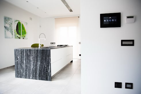 Ristrutturazione di un appartamento: Cucina in stile in stile Moderno di Geom. Stefano Feliziani