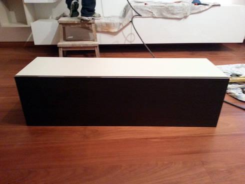 Montaggio dei mobili soggiorno:  in stile  di ARREDACASAOnLine