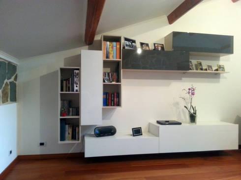 Mobile soggiorno bianco sabbia e fango:  in stile  di ARREDACASAOnLine