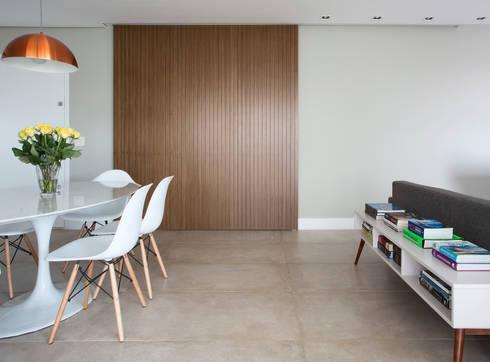 Sala de jantar / cozinha americana - Porta de correr: Sala de jantar  por Decorare Studio de Arquitetura