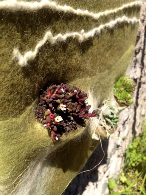 Vertical garden in felt: Casa in stile  di Judith Byberg