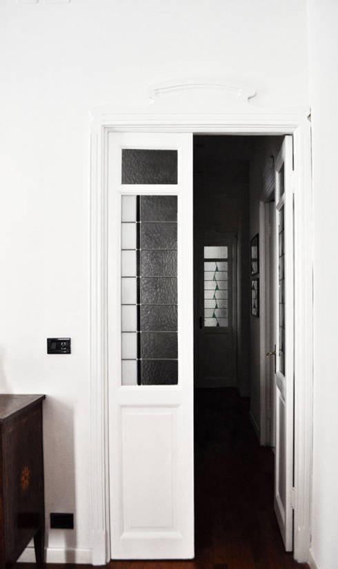 Casa d' architetto: Finestre & Porte in stile in stile Moderno di OPERA OFFICINE VETRARIE