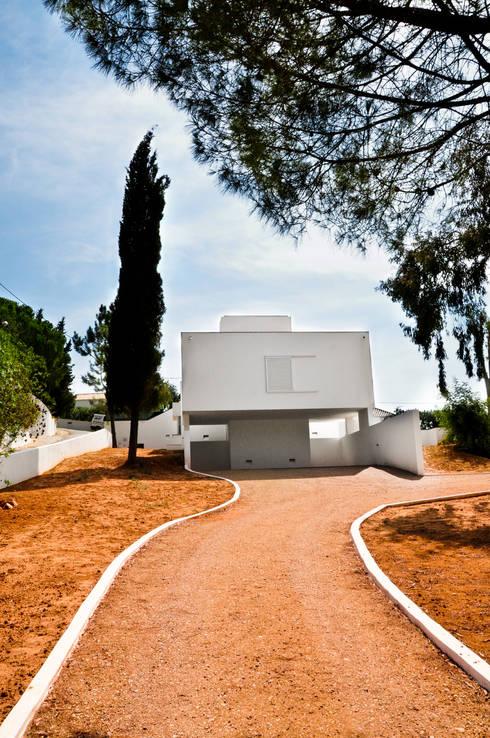 Casa da Atalaia: Casas mediterrânicas por S3 Arquitectos
