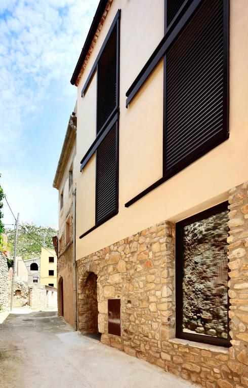 VIVIENDA CON UNA SOLA FACHADA Y TRES MEDIANERAS: Casas de estilo moderno de M2ARQUITECTURA