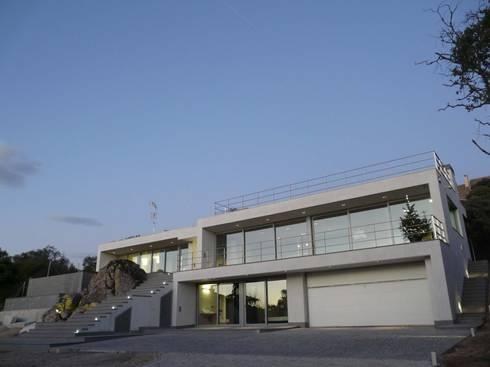 VIVIENDA UNIFAMILIAR:  de estilo  de Martín y Mazza Arquitectos