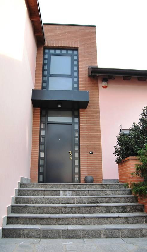 L'ingresso dall'esterno: Case in stile in stile Moderno di Studio d'Architettura TAUNISIO
