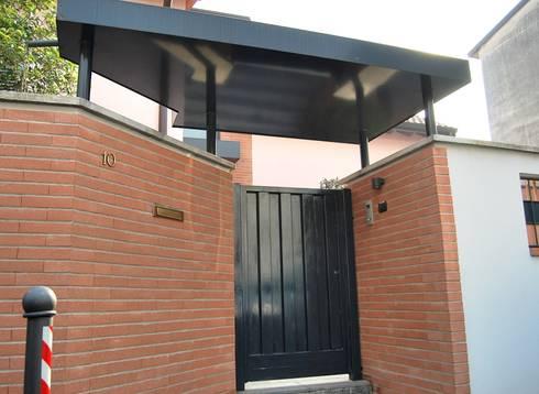 Il nuovo ingresso dalla strada: Case in stile in stile Moderno di Studio d'Architettura TAUNISIO