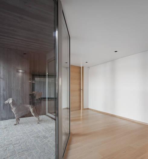 Pasillos y recibidores de estilo  por A2+ ARQUITECTOS