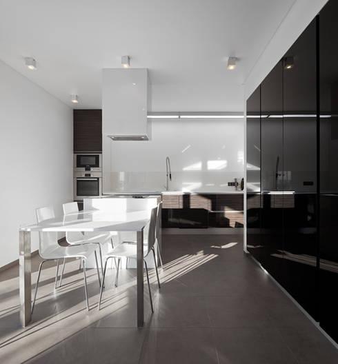 CASA XIEIRA II: Cozinhas modernas por A2+ ARQUITECTOS