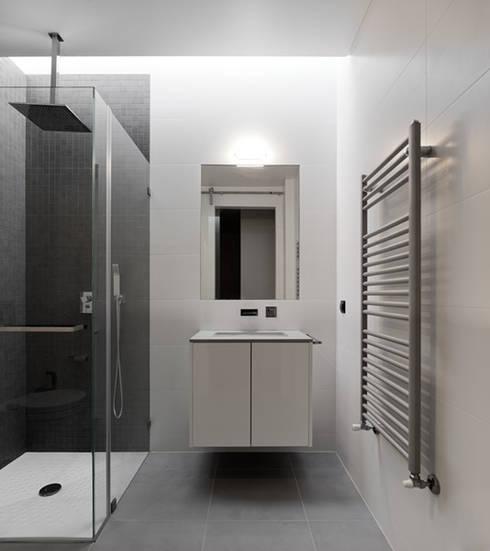 CASA XIEIRA II: Casas de banho modernas por A2+ ARQUITECTOS
