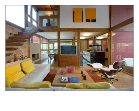 Casa da Mata 1: Salas de estar campestres por David Guerra Arquitetura e Interiores