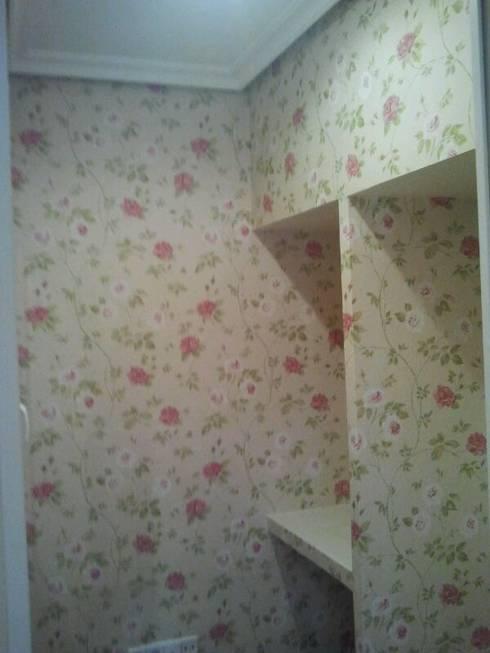 Colocación de papel pintado.:  de estilo  de Decoblaz, S.L.
