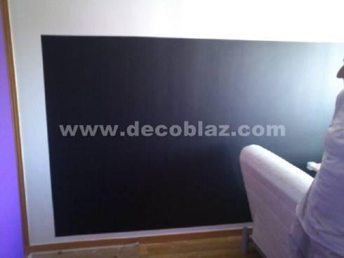 Pintura de pizarra en pared : Dormitorios de estilo moderno de Decoblaz, S.L.