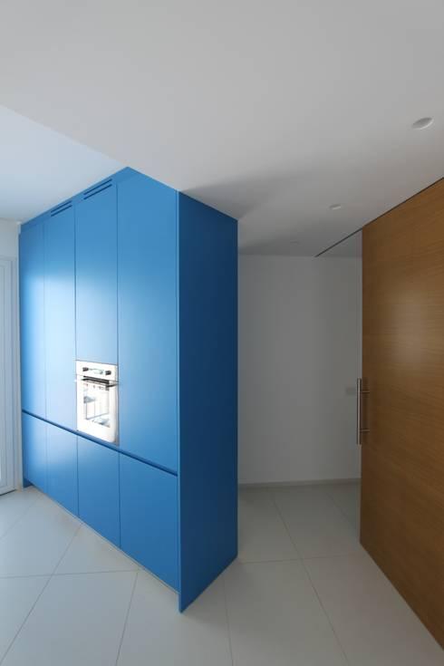 la casa sul porto: Case in stile in stile Minimalista di studio di architettura Antonio Giummarra