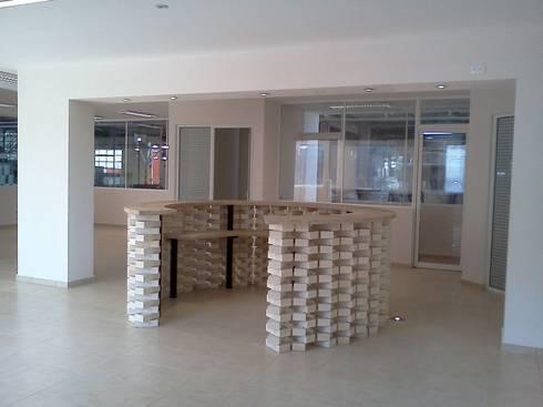 Recepcion oficinas RHI: Estudios y oficinas de estilo  por CESAR MONCADA S