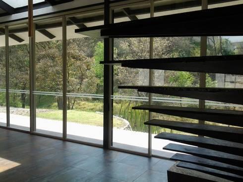 casa canterburry: Pasillos y recibidores de estilo  por CESAR MONCADA S