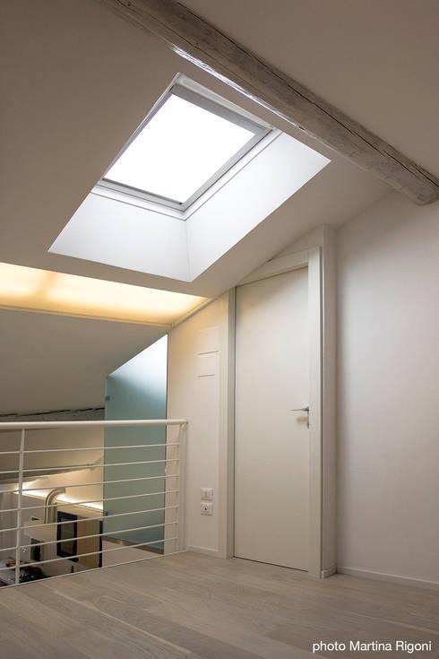 soppalco: Camera da letto in stile in stile Minimalista di moovdesign