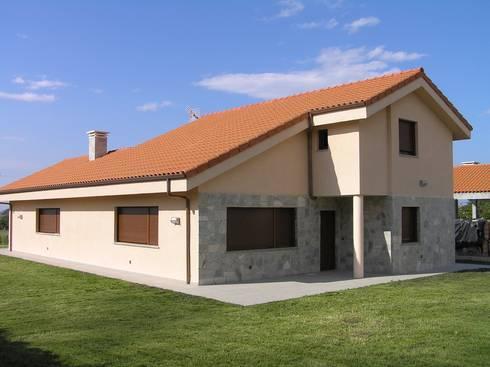 VIVIENDA GRANDERROBLE:  de estilo  de Agora Arquitectos