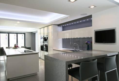 MR & MRS SYED'S KITCHEN: modern Kitchen by Diane Berry Kitchens