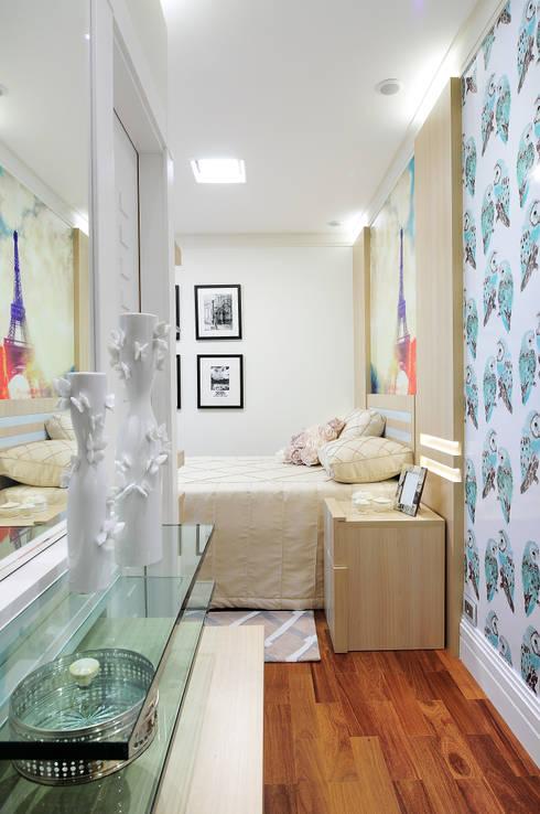 PROJETO IDENTIDADE BRASILEIRA – LIVING – SUÍTE DA MOÇA: Quartos  por Adriana Scartaris design e interiores