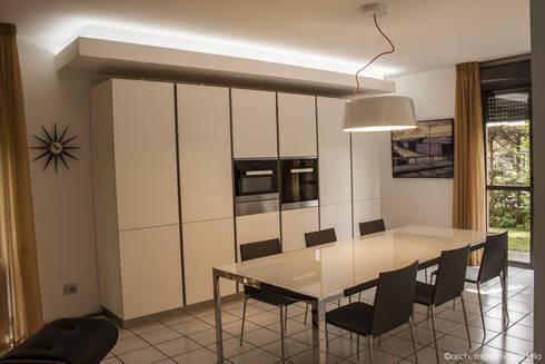 Living kitchen: Cucina in stile in stile Minimalista di Arch. Massimo Bertola