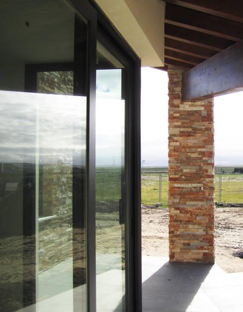 PORCHE: Casas de estilo moderno de BM2C Arquitectos