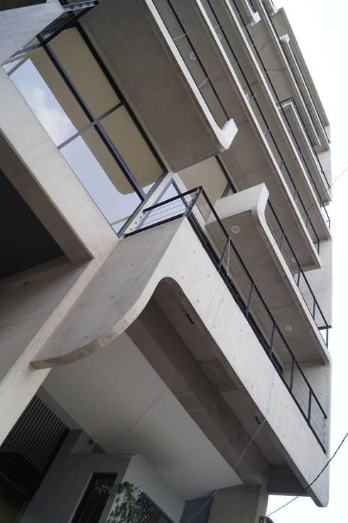 Living Eje Central: Terrazas de estilo  por Living SLVK