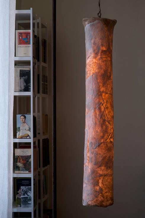 Agmen Ceiling Lamp in nunofelt: Casa in stile  di Judith Byberg