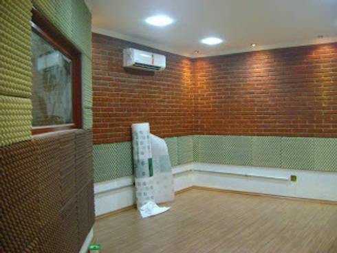 Espaço da Sala de Gravação - acabamento acústico:   por NR arquitetura interiores