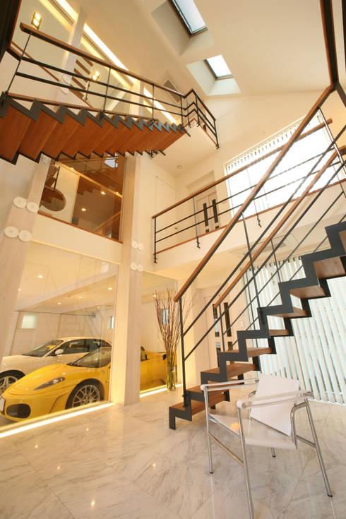玄関から愛車をのぞむ: TERAJIMA ARCHITECTSが手掛けた廊下 & 玄関です。