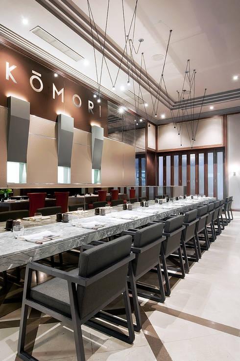 RESTAURANTE KOMORI: Locales gastronómicos de estilo  de Cota Cero Interiorismo