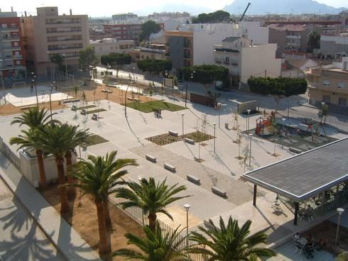 Vista aérea de la plaza: Jardines de estilo moderno de NUÑO ARQUITECTOS