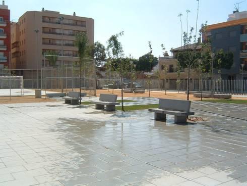 PLAZA PÚBLICA Y CAFETERÍA: Jardines de estilo moderno de NUÑO ARQUITECTOS