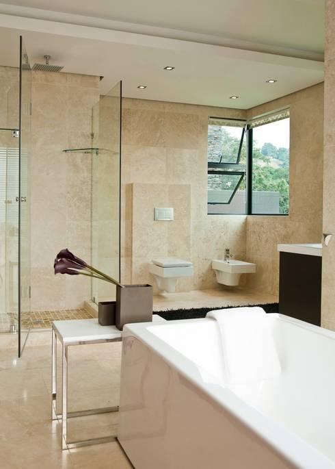 Banheiros modernos por Nico Van Der Meulen Architects