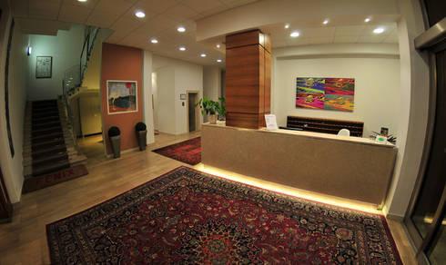 Riqualificazione di un edificio adibito ad albergo – Hotel Fenix –  degli anni '60: Hotel in stile  di Paola Veronese Architetto