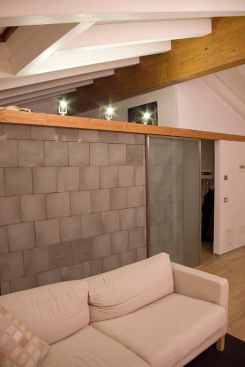 Nuovo muro e porte scorrevoli: Soggiorno in stile in stile Moderno di Architetto Andrea Farri