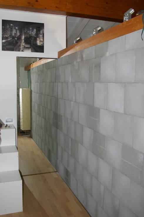 Porta a specchio - chiusa: Soggiorno in stile in stile Moderno di Architetto Andrea Farri