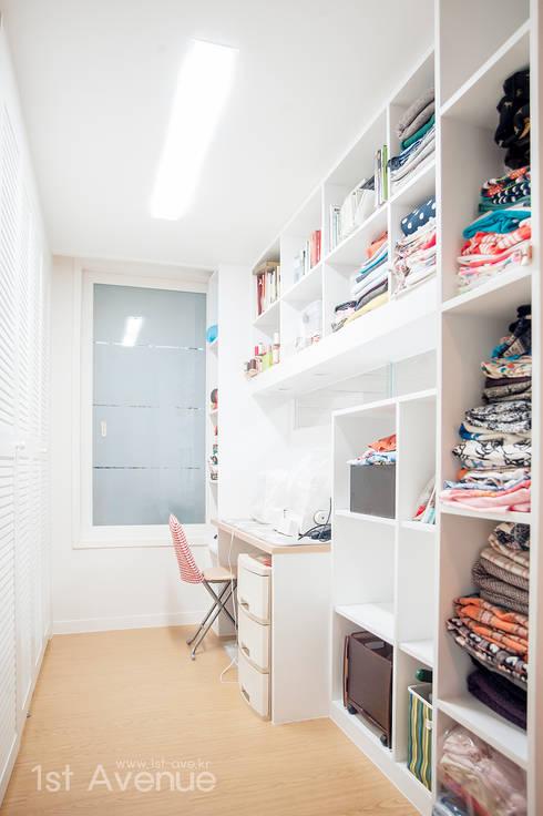 세아이들이 뛰어노는 유니크한 다락방과 다섯식구를 위한 보금자리: 퍼스트애비뉴의  드레스 룸