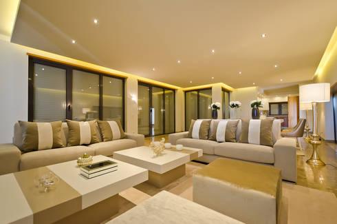 Private Vila  –  Praia da Luz: Sala de estar  por Simple Taste Interiors