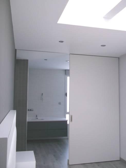 DORMITORIO: Dormitorios de estilo moderno de NUÑO ARQUITECTOS