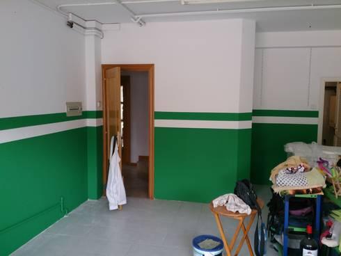 pintado garaje: Casas de estilo moderno de Pinturas Faro