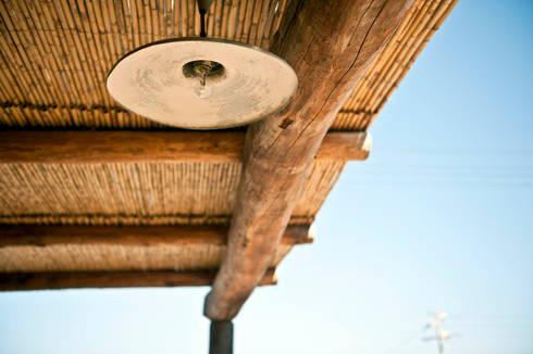 lampada metallo: Balcone, Veranda & Terrazzo in stile  di Gianluca Bugeia ARCHITETTO